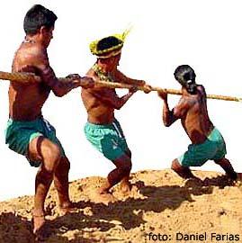 imagens de índiso disputando o cabo de guerra