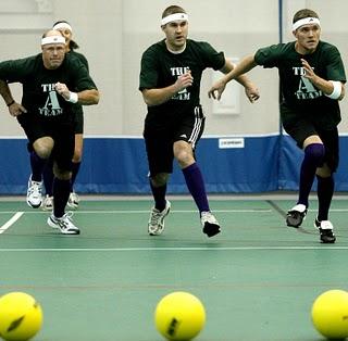 image de três jogadores de dodgball correndo para pegar a bola