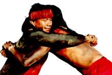 imagem de dois índios numa prova de luta corporal