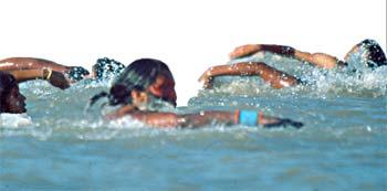 imagens de indíos numa prova de natação