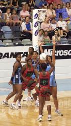 atletas jogando netball