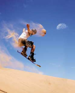 Imagems de uma pessoa praticando sandboard