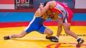 imagem de dois atletas disputando na luta greco-romana