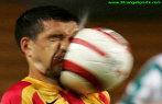 Jogador recebendo bolada no rosto.