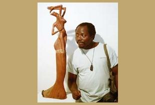 Escultor africano Ntaluma.