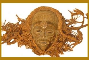 M�scara africana de madeira e r�fia.