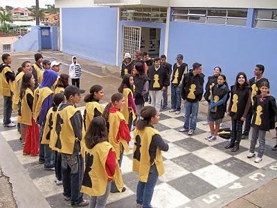 imagem de crianças jogando xadrez humano width=